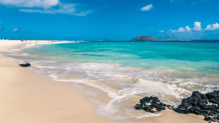 Plage au pied des dunes de sable, Paradisiaque avec vue sur Isla de Lobos