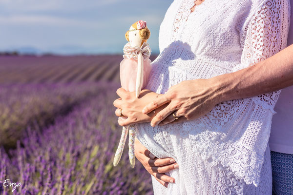 photo d'une peluche lors d'une séance photo femme enceinte dans un champs de lavande à valensole
