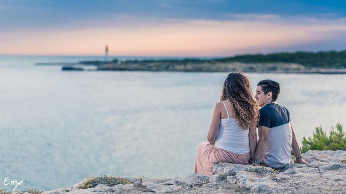 Photographie grossesse, femme enceinte, en bord de mer, aix-en-provence à la plage de sainte-croix près de Marseille (provence)