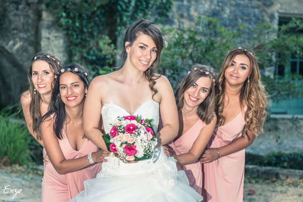 Exemple de Photographie des demoiselles d'honneur avec la mariée lors d'un mariage à Aix-en-provence