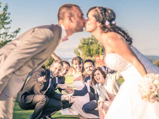 photo groupe, mariés qui s'embrassent devant les invités - idées photo mariage - aix en provence