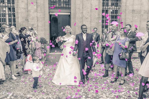 Jeune couple sortant de la mairie d'aix en provence après leur mariage