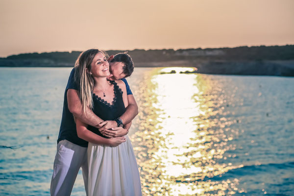 Jeune couple lors d'une séance de couple pour préparer leur mariage en bord de mer Marseille