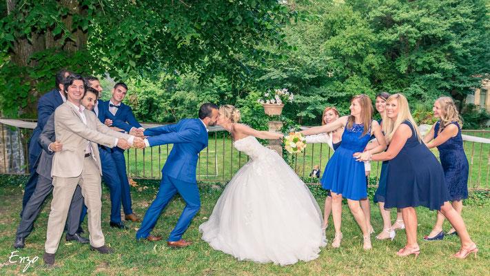 Exemple de Photographie de groupe lors d'un mariage à Aix-en-provence les invités qui séparent les mariés
