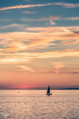Voilier au coucher du soleil sur Marseille, de belles couleurs orange