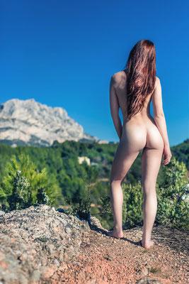 photo nu artistique en extérieur avec la sainte victoire aix en provence