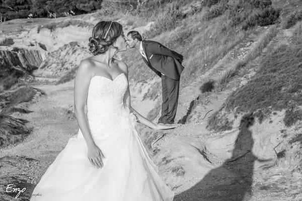 Jeune mariée qui embrasse son petit mari avec l'effet de perspective, photo originale