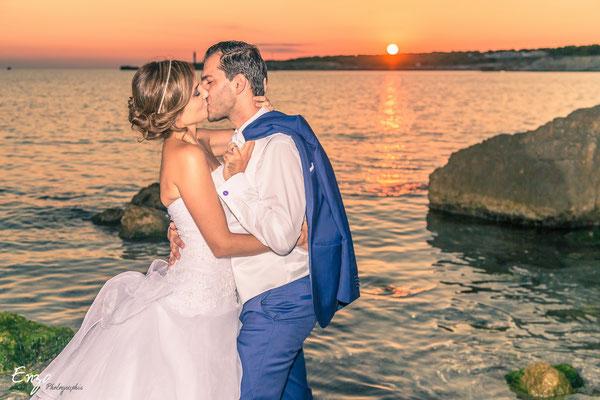 Baiser fougueux d'un jeune marié sur la plage de Sainte croix