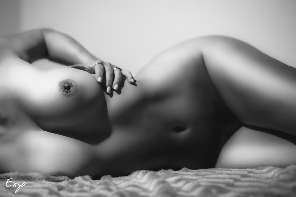 Photo nu artistique ombre et lumière de coté sur un lit aix en provence