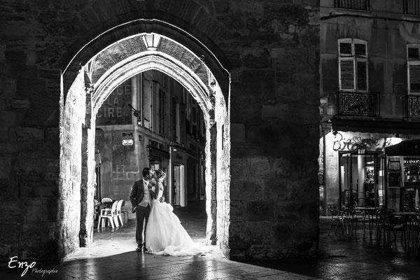 Photo de nuit d'un jeune couple de marié sur la place de la Marie à Aix en provence