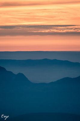 Défilé de couleurs lors d'un coucher de soleil en montagne