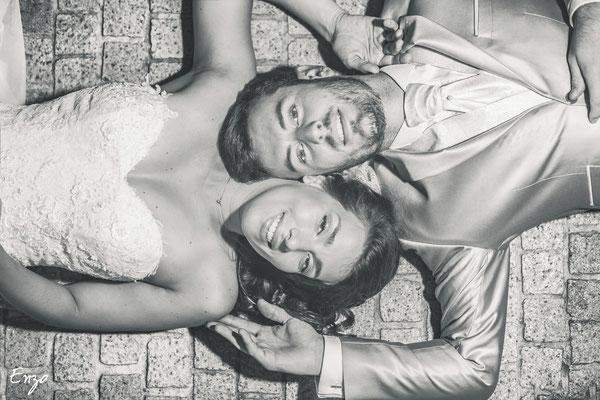 Photo allongé des jeunes mariés en noir et blanc