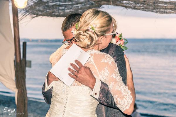 Jeune couple échangeant avec émotion leur amour lors d'une cérémonie laïque à Aix en provence