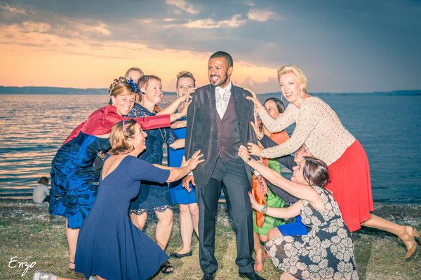 marié qui est convoités par toutes les invitées - idées photo mariage - aix en provence