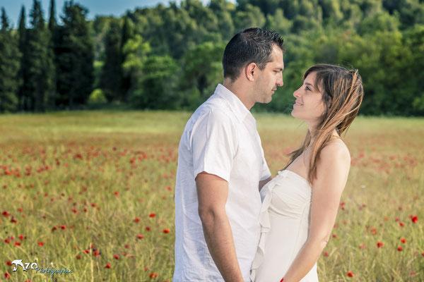 Jeune couple amoureux lors d'une séance de couple et d'engagement pour préparer leur mariage