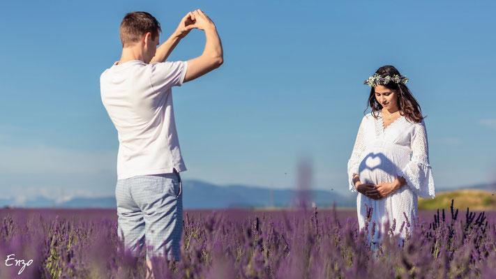 Photographie grossesse, femme enceinte, dans un champ de Lavande sur le plateau de valensole - coeur - idée photo