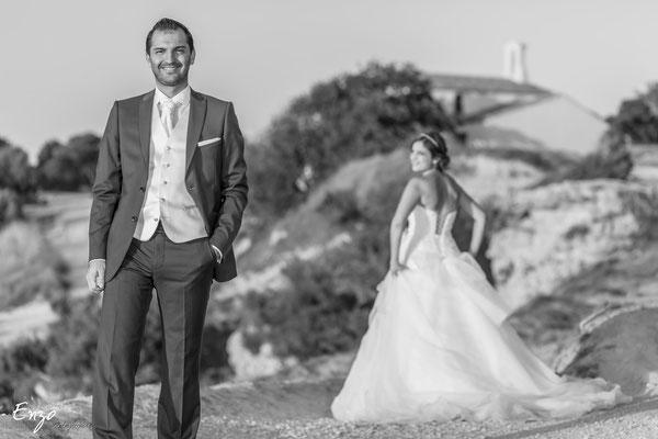 Perspective de jeunes mariés en noir et blanc