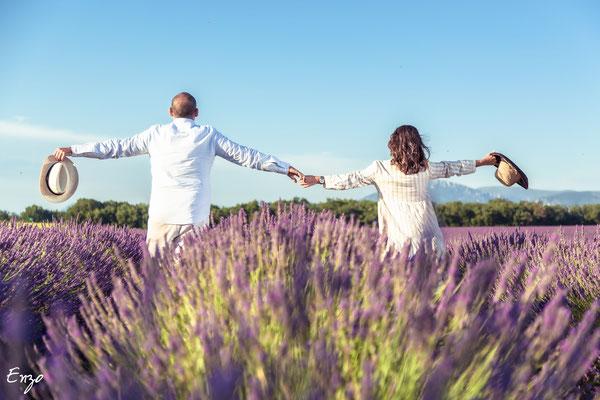 Jeune couple heureux dans un champs de lavande à valensole