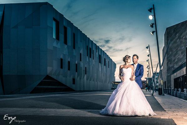 Jeunes mariés sur aix en provence devant le pavillon noir
