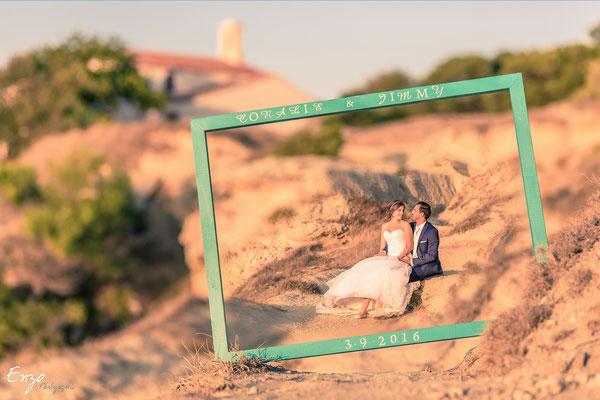 Jeunes mariés qui posent dans un cadre