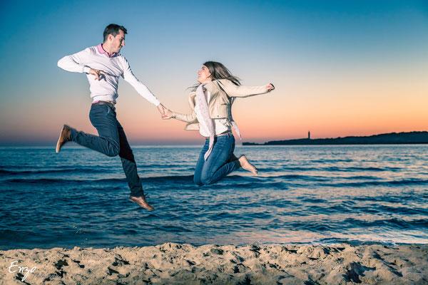 Jeune couple lors d'une séance de couple pour préparer leur mariage  coucher de soleil Marseille