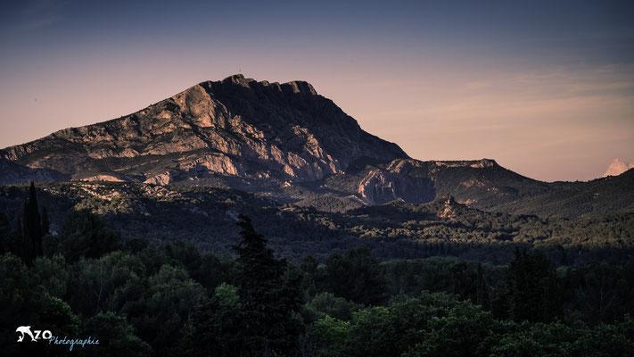 Aix en provence - Sainte Victoire au coucher de soleil avec une couleur rose - 018