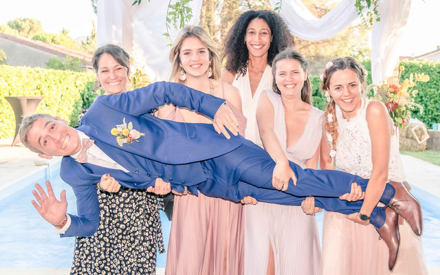 marié porté par toute les invités - idées photo mariage - aix en provence