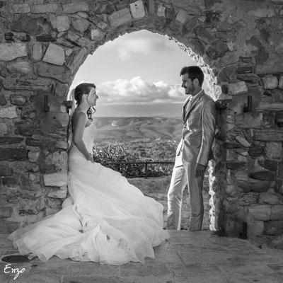 Jeunes mariés sous une arche, photo noir et blanc