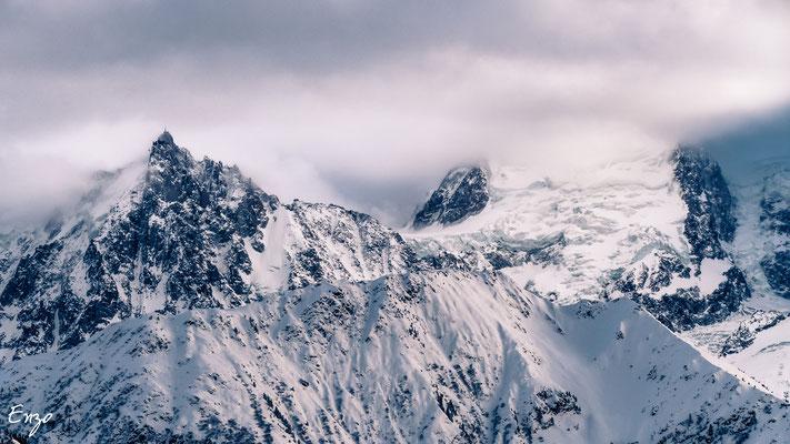 Vue sur le mont blanc dans les nuage - montagne - neige - balade en raquette