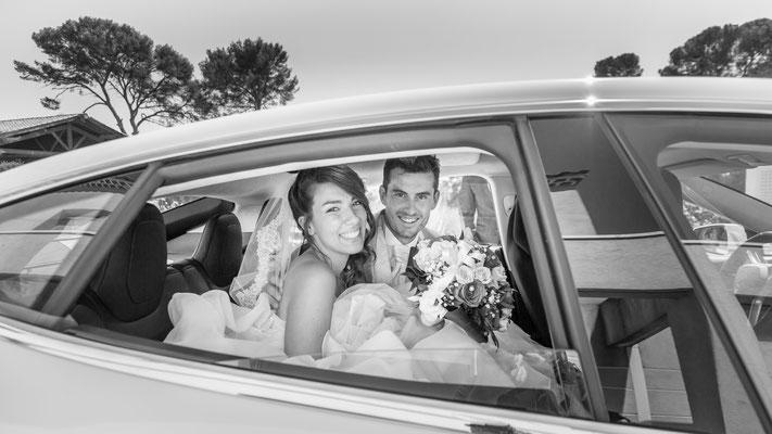 Photo dans la voiture des mariées