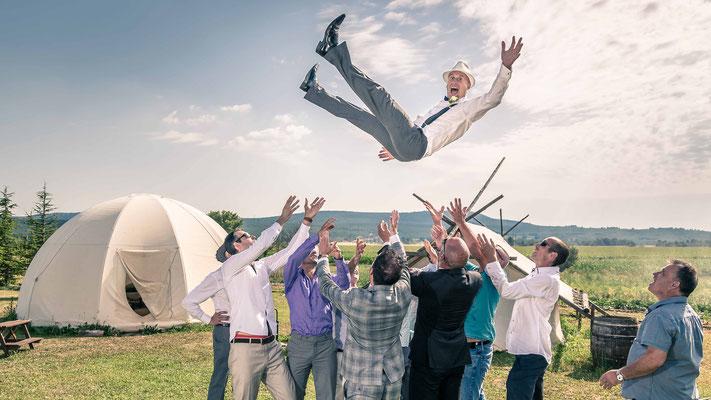 Mariés qui sautent avec les invités  - idées photo mariage - aix en provence
