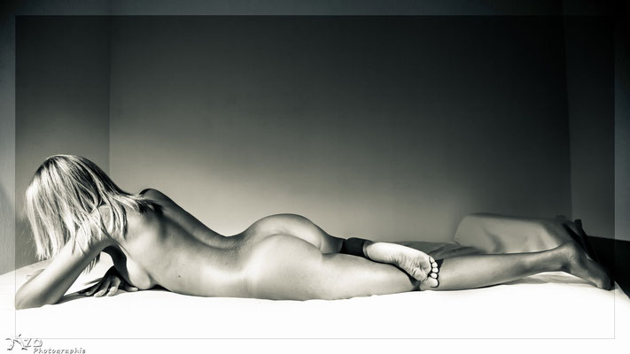 #nudevember : le mois du nu pour retrouver confiance en soi grace à la photo de nu artistique - femme allongée nu