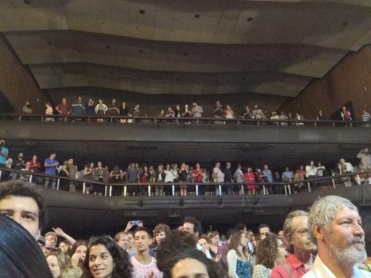 会場には多くの観客が集まり大変な賑わい。客席のミュージシャン率も高く(尚美さんが教えてくださいました)つい先日ブルーノートで観たばかりのジョイスも、旦那様と一緒にすぐ近くの席に普通に座っているから、なんだか不思議な感じ。。。