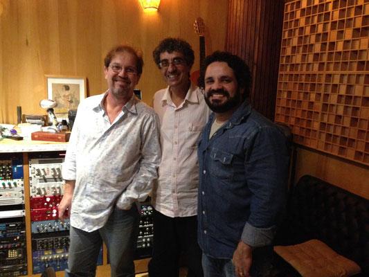 左からRodrigo Lessa(バンドリン)、Rogério Sousa(本作のアレンジ、ギター)、Rogério Caetano(7弦ギター)