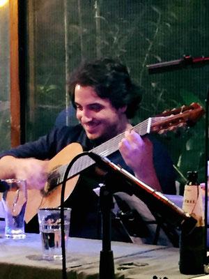 João Camareroさんと歌い始めたAlvorecer。 彼のイントロから、歌とギターでの始まり...ルバートの絶妙なサポートが最高に気持ち良かった。