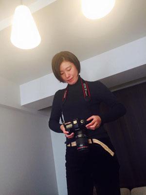 カメラマンの世良田郁子さん。彼女の写真は、被写体の内面の優しい部分を映し出してくれます。