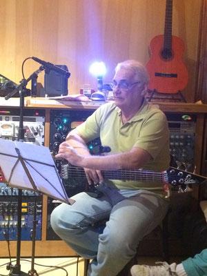 Dininho(ベース) のベースで曲がますますスィングします!早く皆さんに聞いていただきたい...!
