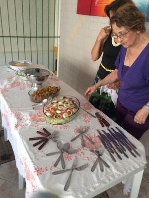 フォークやナイフの置き方がおしゃれ、女性陣の作った美味しいお料理が並びます