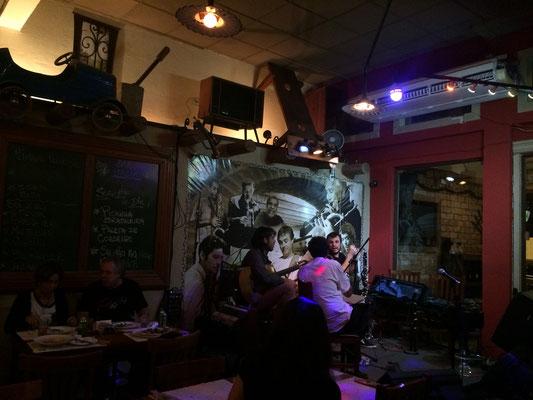 レストランでホジェーリオのバンドが演奏することになっており、