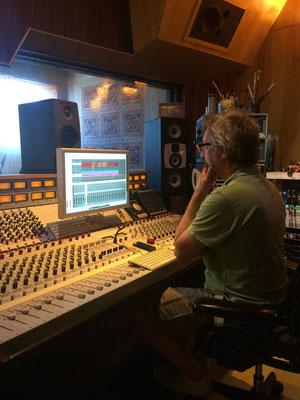 Carlinhosの腕前、今回も冴えます...!このスタジオから数々の名盤が生まれているのです。