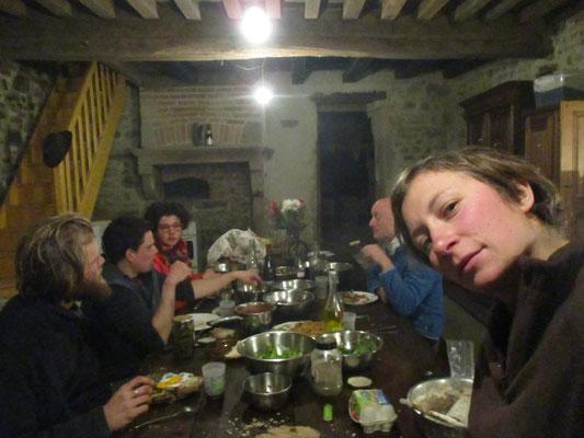 Soirée hamburger-maison entre bénévoles (Pain au levain maison - steak vegan avec les haricots sec d'Alôsnys, sauce tomates, cornichons, salades du jardin)