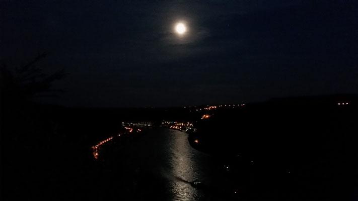 Der Blick von Burg Maus auf St. Goarshausen, inkl. Mond und Rheingold!