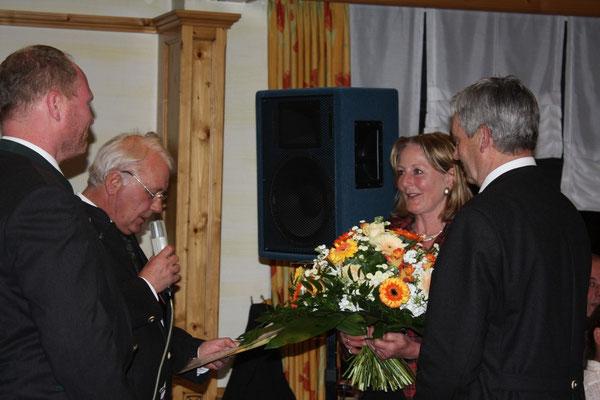 Herbert Dopstadt und Jörg Holland-Cunz überreichen Blumen an Gisela Thüs