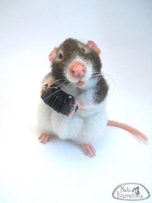 """авторская игрушка, крыса, концертина, """" А я играю на гармошке"""""""