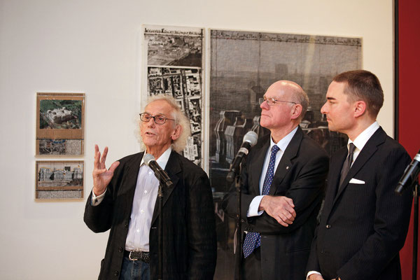Christo, Bundestagspräsident Norbert Lammert und Leihgeber Lars Windhorst während der Eröffnung der Ausstellung am 25. November 2015 // Foto © DBT/Jens Liebchen