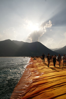 Christo und Jeanne-Claude, The Floating Piers, Lake Iseo, Italy, 2014-16  // Photo: Wolfgang Volz // © 2016 Christo