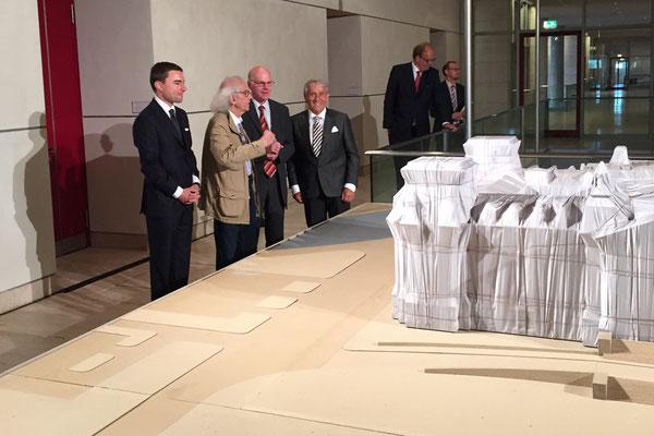 Leihgeber Lars Windhorst, Christo, Bundestagspräsident Norbert Lammert und Stiftungsgründer Roland Specker bei der Präsentation der Ausstellung am 17. Juni 2015 // Foto: SVR