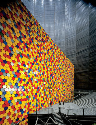 Christo und Jeanne-Claude, The Wall - 13,000 Oil Barrels, Gasometer Oberhausen, Germany, 1998-99 // Photo: Wolfgang Volz // © 1999 Christo