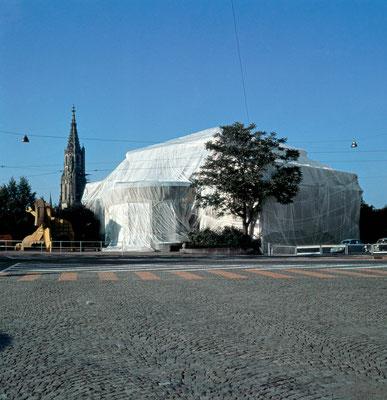 Christo und Jeanne-Claude, Wrapped Kunsthalle, Bern, Switzerland, 1967-68 // Foto: Balthasar Burkhard // © 1968 Christo