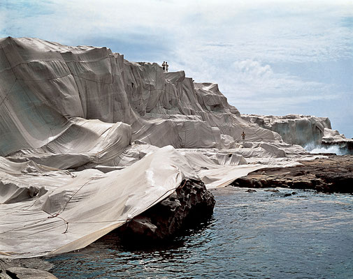 Christo und Jeanne-Claude, Wrapped Coast, One Million Square Feet, Little Bay, Sydney, Australia, 1968-69 // Photo: Harry Shunk // © 1969 Christo